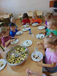 Galeria Elfy robią sałatkę owocową